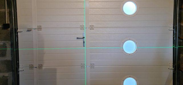 Projet porte de garage avec portillon et hublots ronds